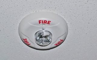 Пищит пожарная сигнализация в квартире раз в минуту: что делать, причины, устранение